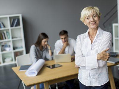 Trhu práce budú dominovať starší zamestnanci. Firmy by sa na nich mali orientovať už teraz