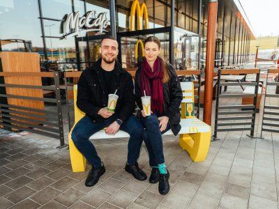 Rozlúčiť sa s plastovými príbormi môžu zákazníci posedením si na ikonickej lavičke pri piatich reštauráciách McDonald's na Slovensku