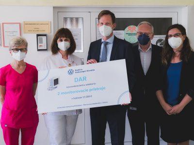 Nadácia Volkswagen Slovakia darovala Novorodeneckému oddeleniu v Nemocnici akad. L. Dérera monitorovacie prístroje